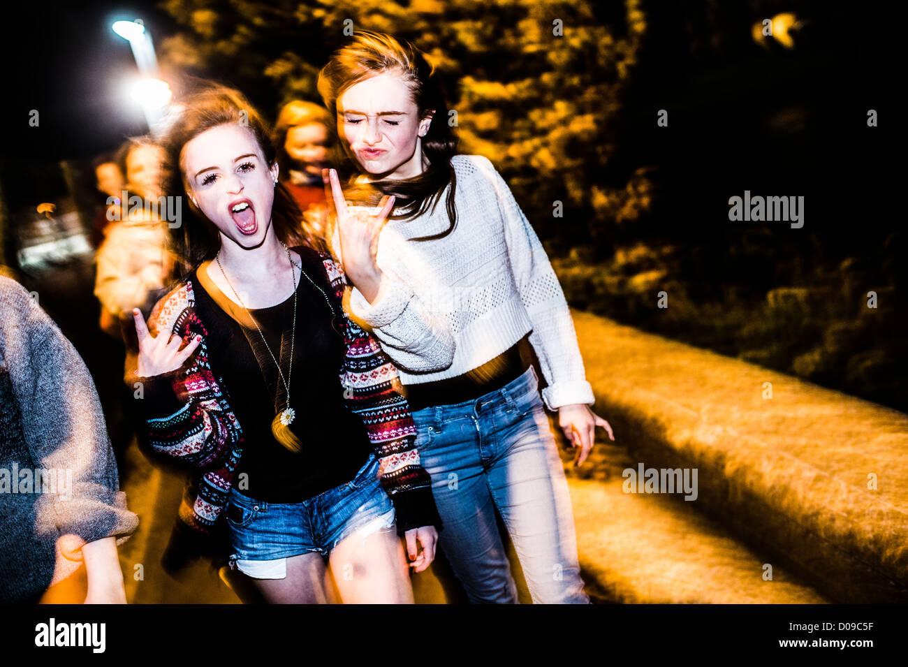 Un gruppo di 14 anni 15 ragazze adolescenti amici con atteggiamento insieme ridere divertirsi la sera fuori REGNO Immagini Stock