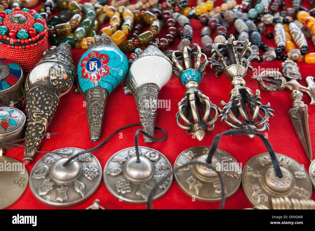 Conchiglia di corna, perline e oggetti religiosi in stallo di souvenir, Shigatse, nel Tibet Immagini Stock