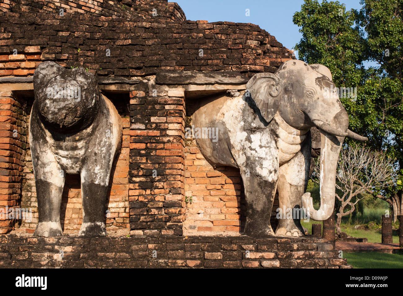STUPA di base adorna elefanti WAT CHANG LOM tempio nella città vecchia SUKHOTHAI elencati come sito del Patrimonio Immagini Stock