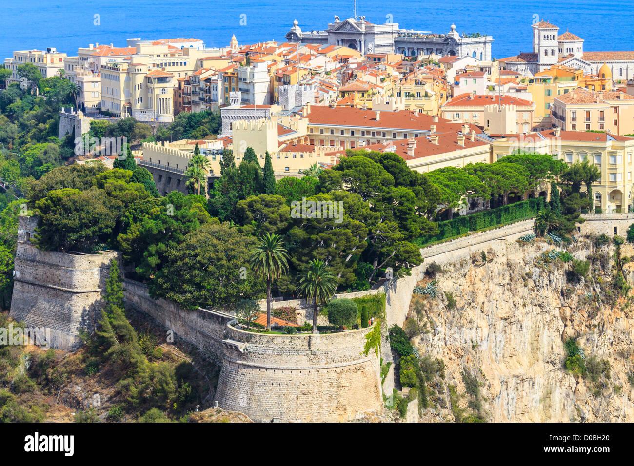 Vista panoramica di Monaco con palace (Chateau Grimaldi), la città vecchia, la cattedrale e il Museo Oceanografico Immagini Stock