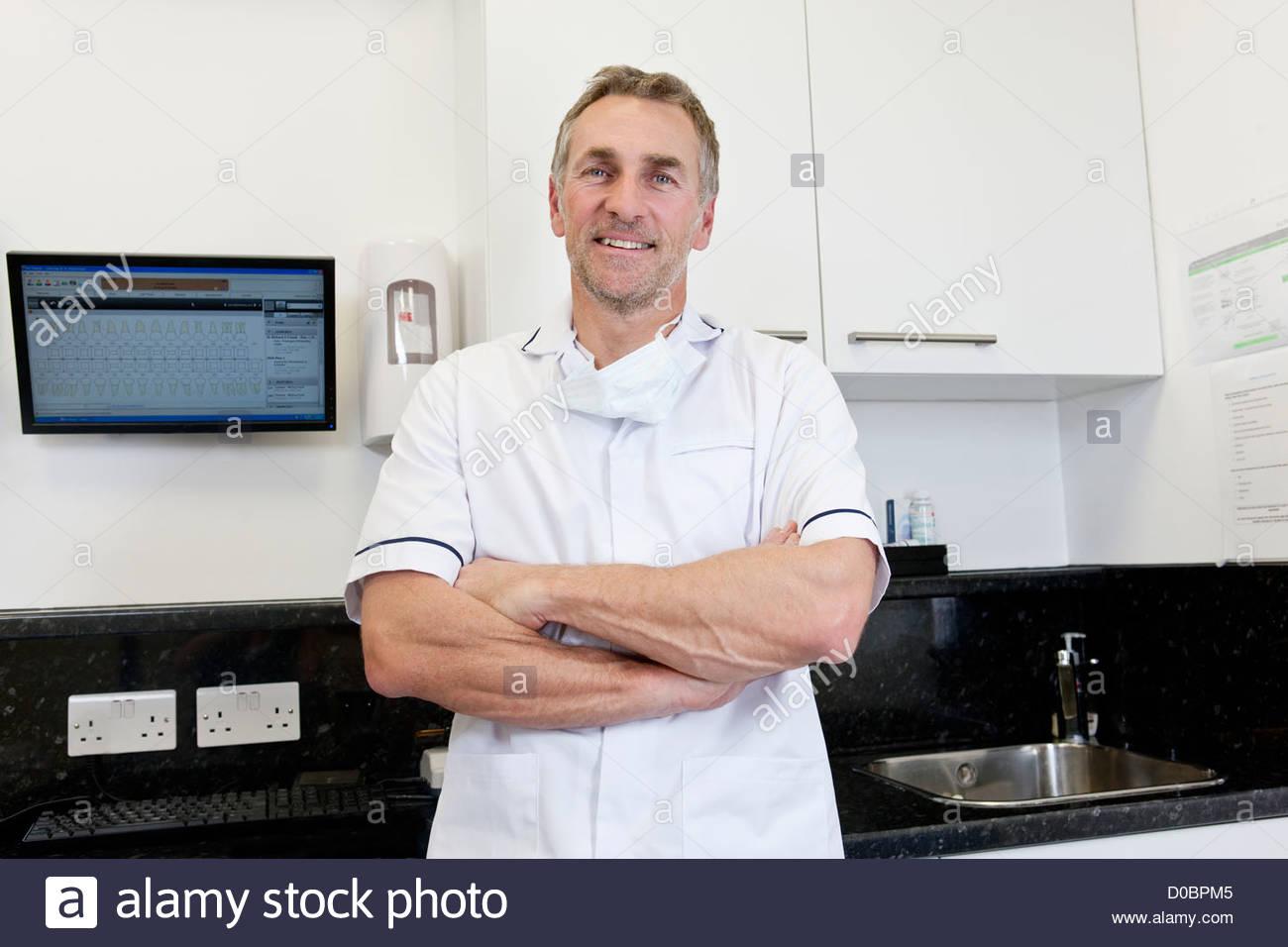 Un maschio di dentista in uno studio dentistico Immagini Stock