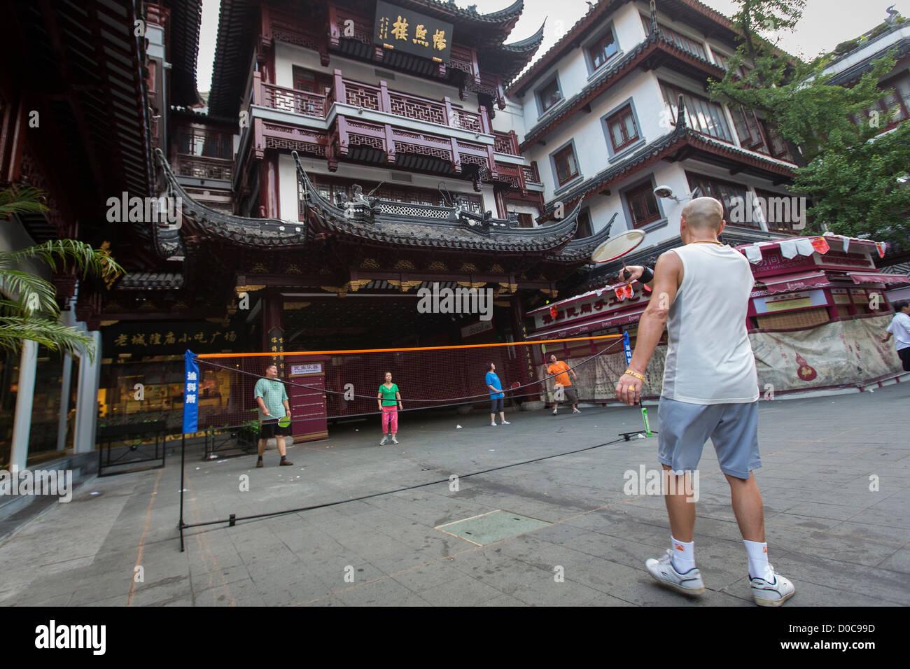Il popolo cinese giocare a badminton in giardini Yu bazaar Shanghai, Cina Immagini Stock
