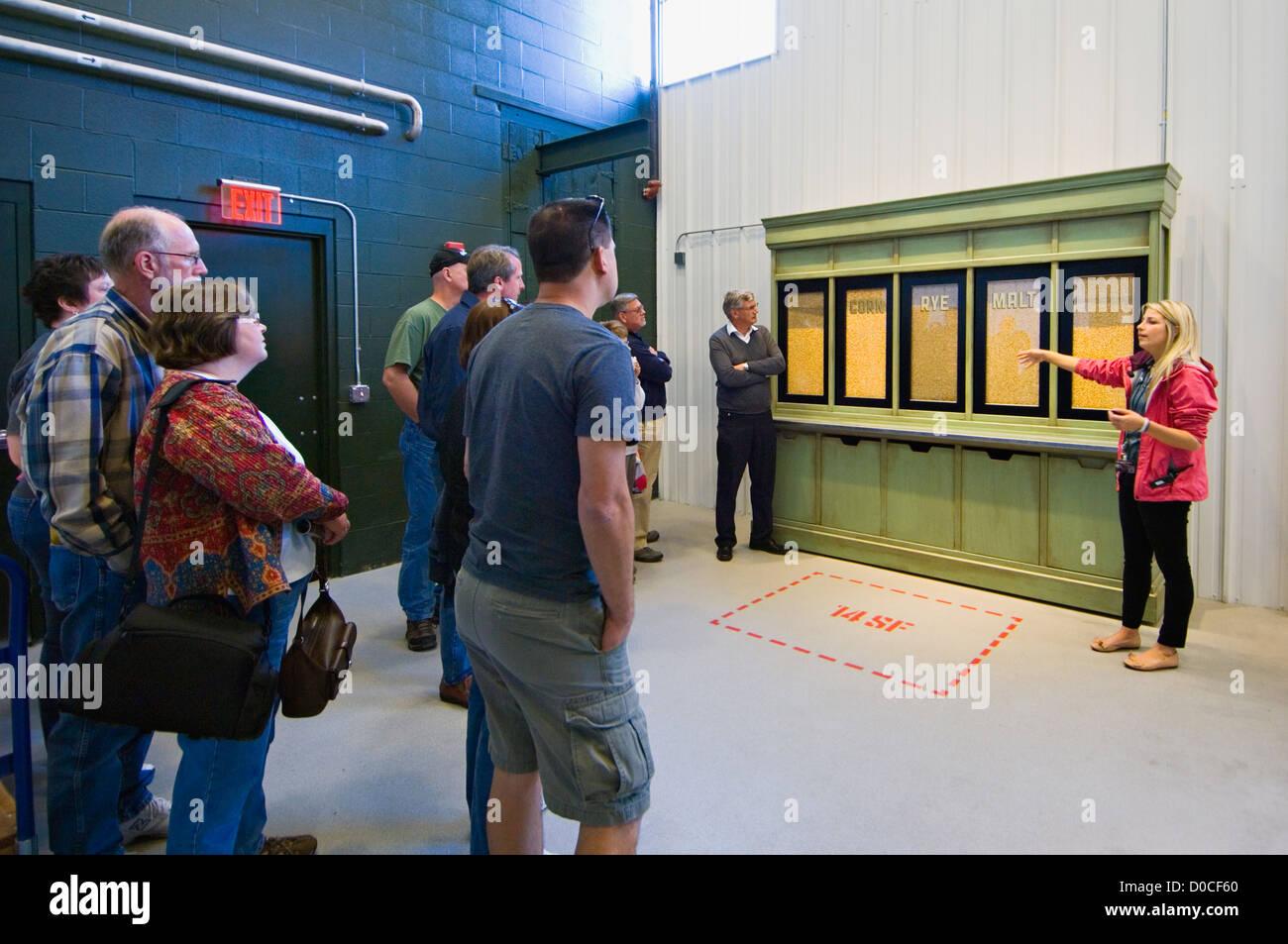 Tour guida parlando di grani usati nella realizzazione di Bourbon whiskey a Jim Beam Distillery in Clermont, Kentucky Immagini Stock