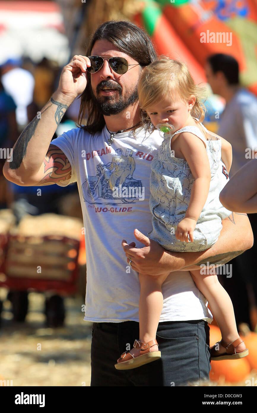 Foo Fighters e loro Crooked avvoltoi rocker, Dave Grohl, con sua figlia Harper Willow, godendo il giorno della famiglia Immagini Stock