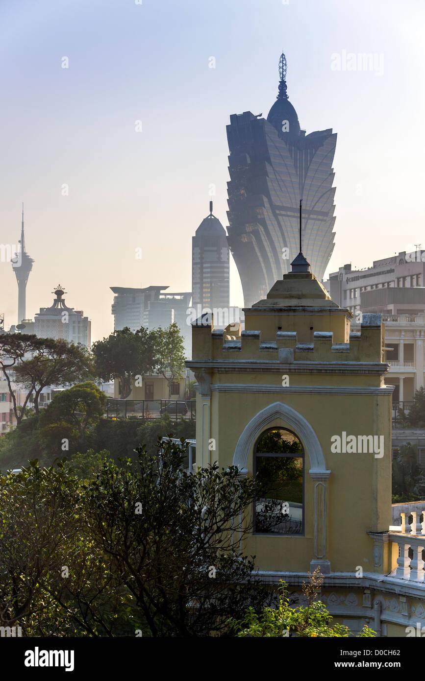 Skyline della città in una nebbiosa tramonto, Macau, Cina Immagini Stock