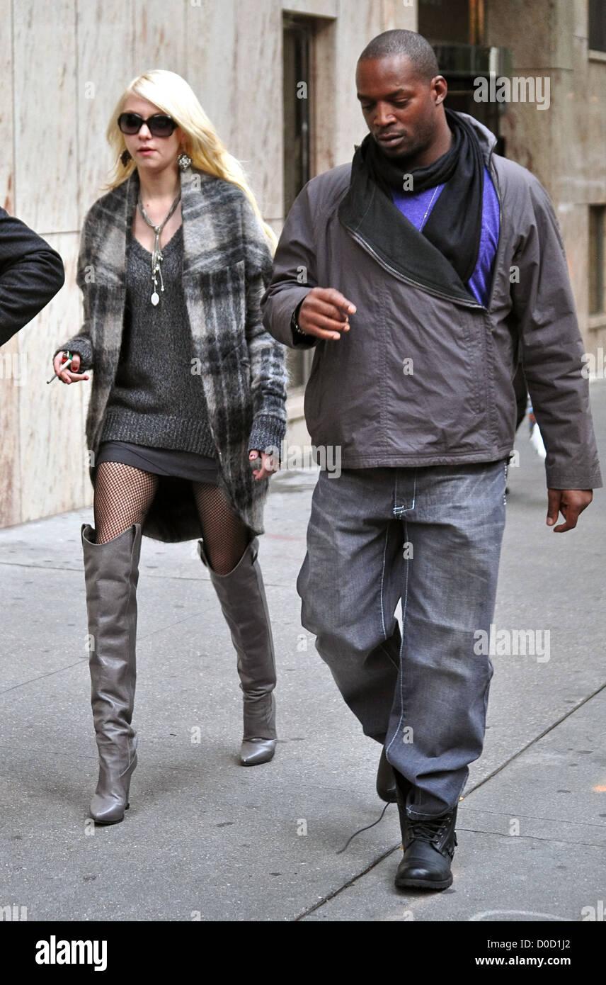 nuovi arrivi e077d d6246 Taylor Momsen indossando giacca scozzese, maglione oversize ...