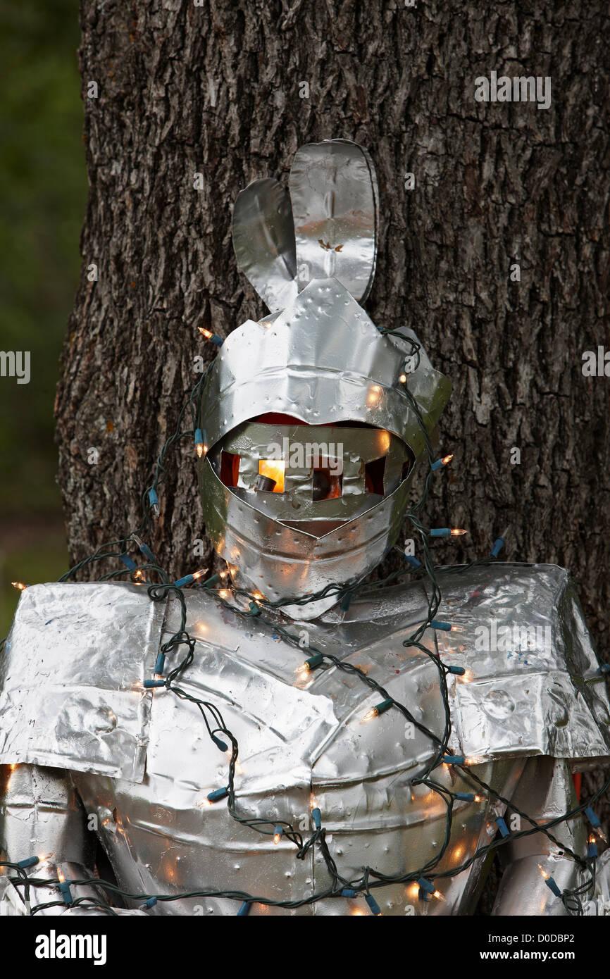 Tuta di armatura, avvolto in luci di Natale Immagini Stock