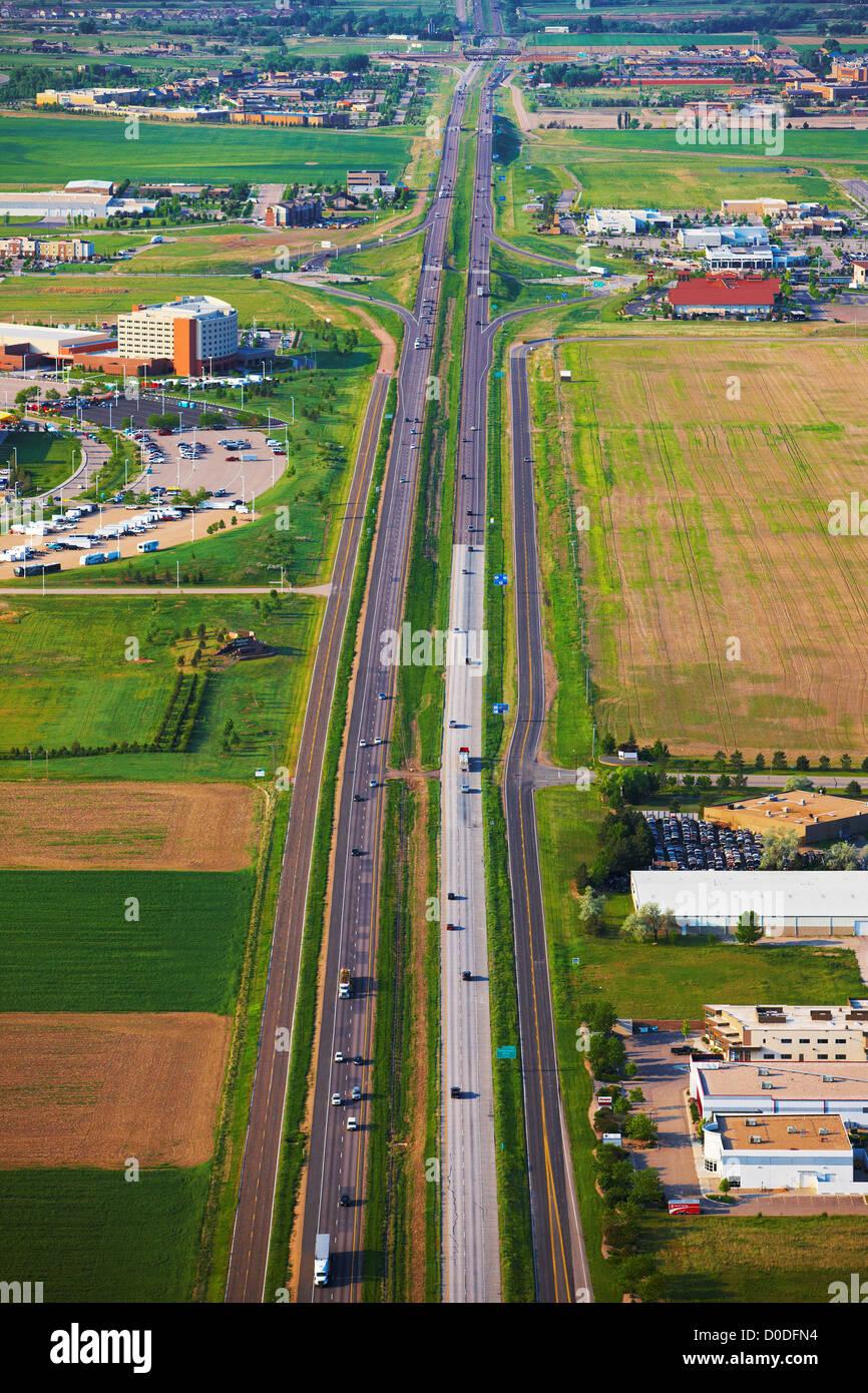Una veduta aerea della Interstatale 25, passando attraverso il nord del Colorado. Immagini Stock