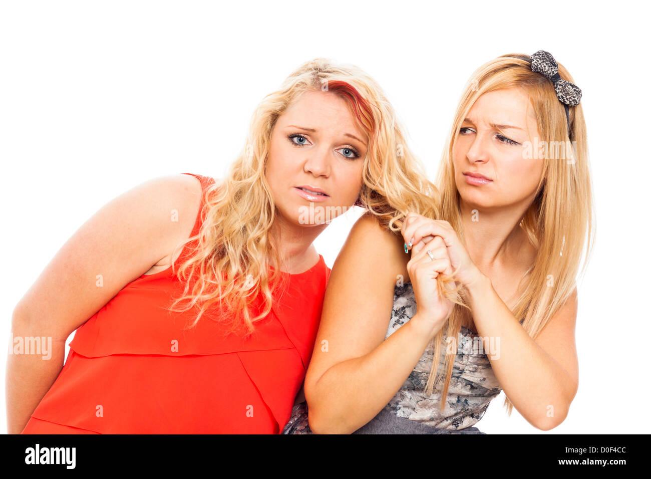 Disperato e violento rapporto donne, isolato su sfondo bianco. Immagini Stock