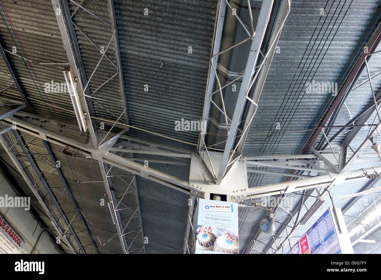 """Fabbricazione di acciaio capannone ferroviario """"Stazione Ferroviaria' coperture 'Sfogli ondulati' Immagini Stock"""