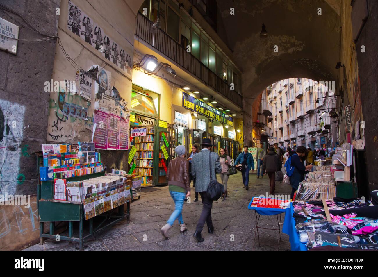 Librerie lungo Port Alba alley off Piazza Dante piazza centrale della città di Napoli La regione Campania sud Immagini Stock