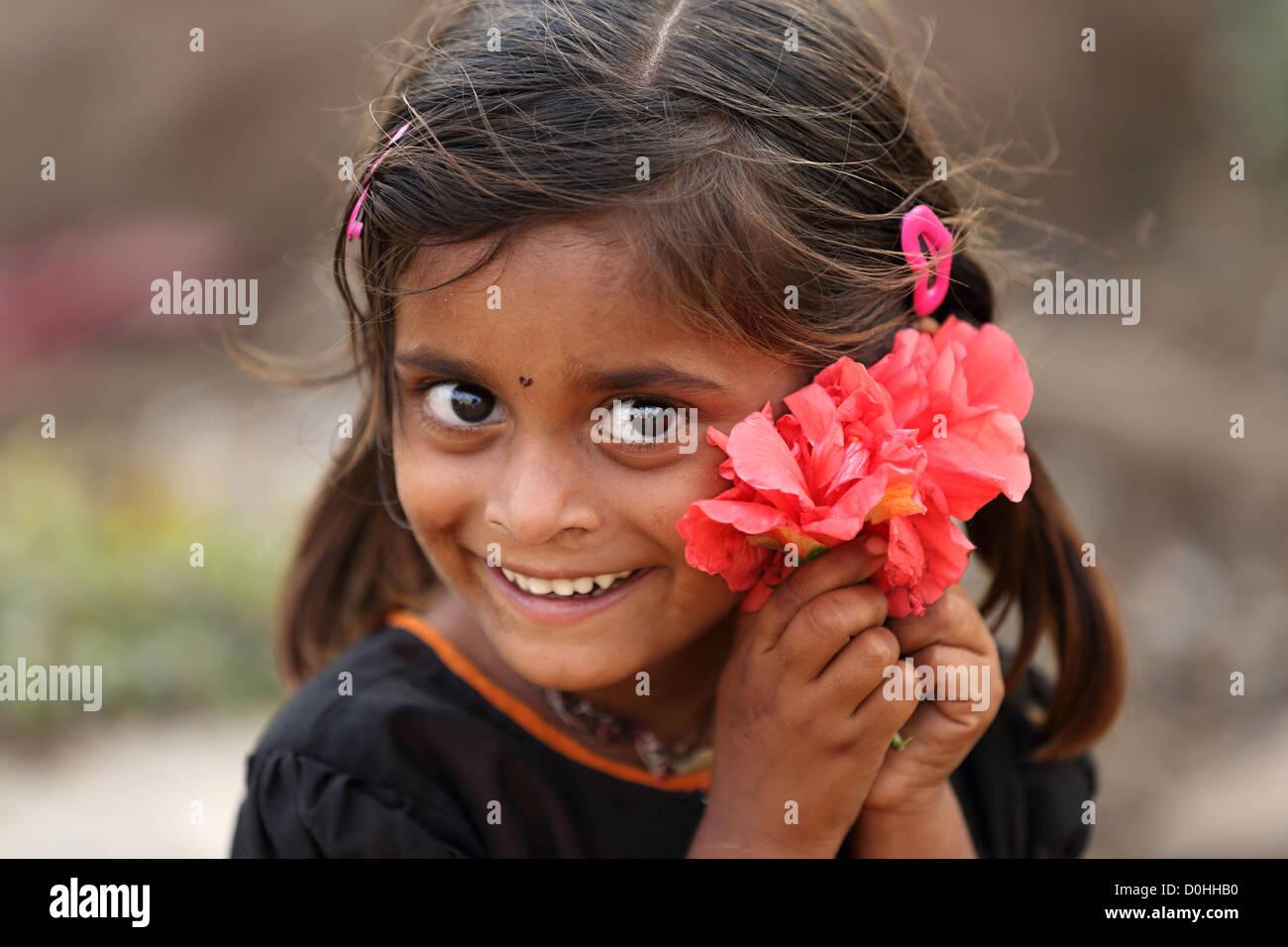 Giovani indiani ragazza con fiori Andhra Pradesh in India del Sud Immagini Stock