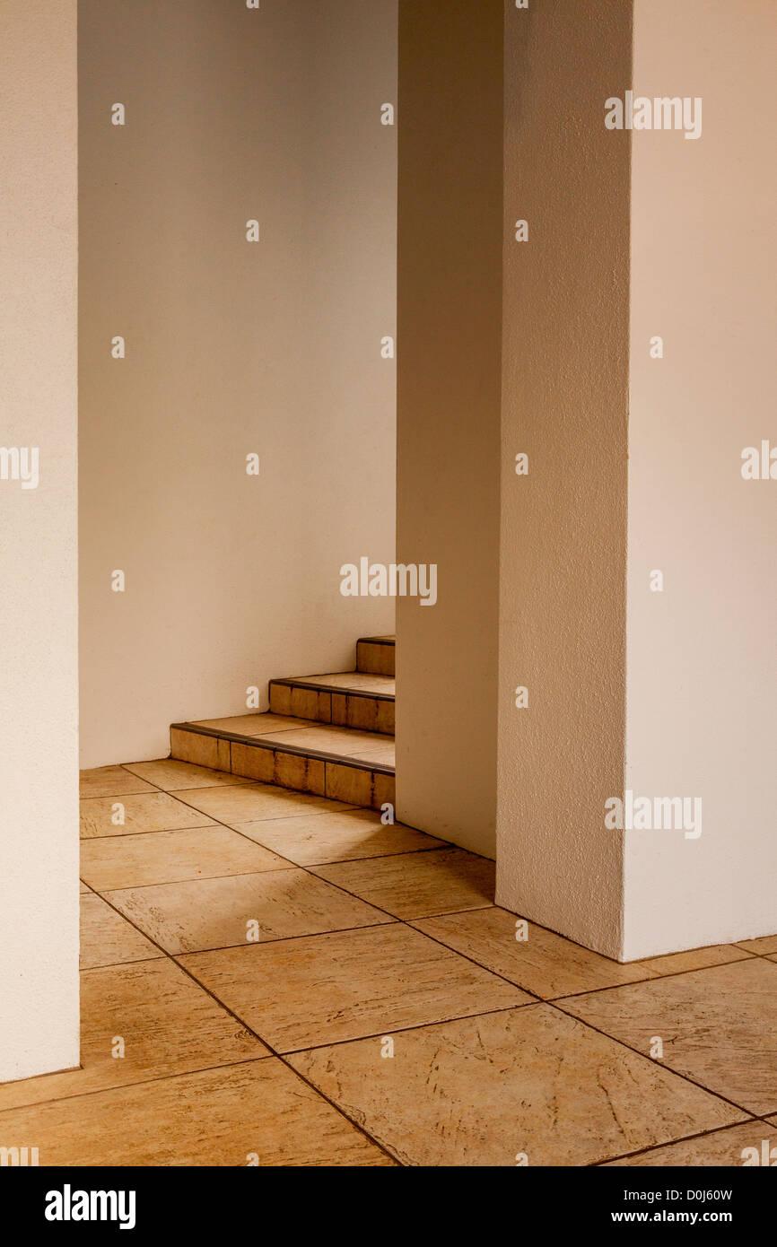 Porta, pavimento piastrellato e passi a Hamilton Gardens, Hamilton, Waikato, Nuova Zelanda. Immagini Stock