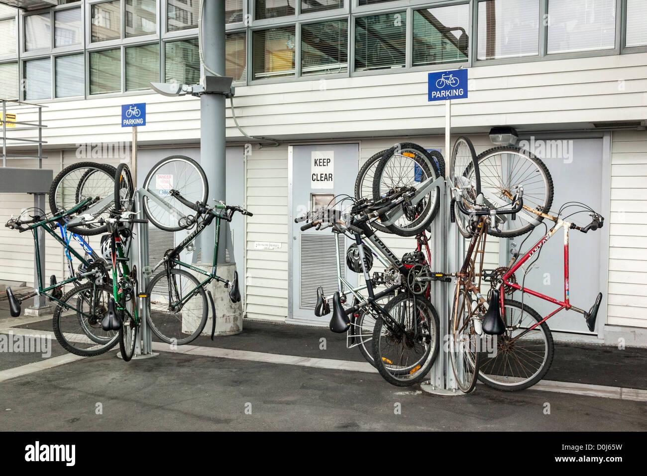Parcheggio verticale per biciclette nel CBD di Auckland, Nuova Zelanda. Immagini Stock