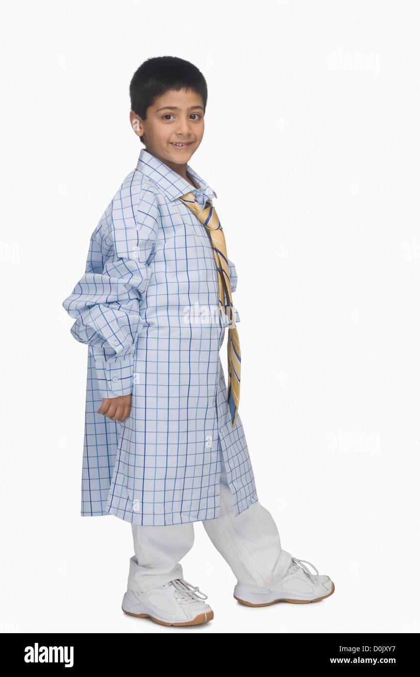 50f4ec140aad Ritratto di un ragazzo che indossa oversized camicia e cravatta Foto ...