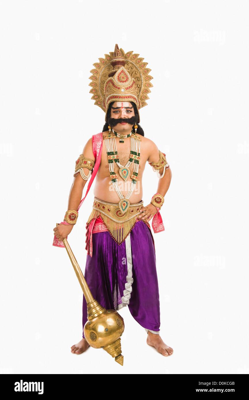 Ritratto di un uomo vestito come Ravana indù di carattere mitologico e tiene in mano una mazza Immagini Stock