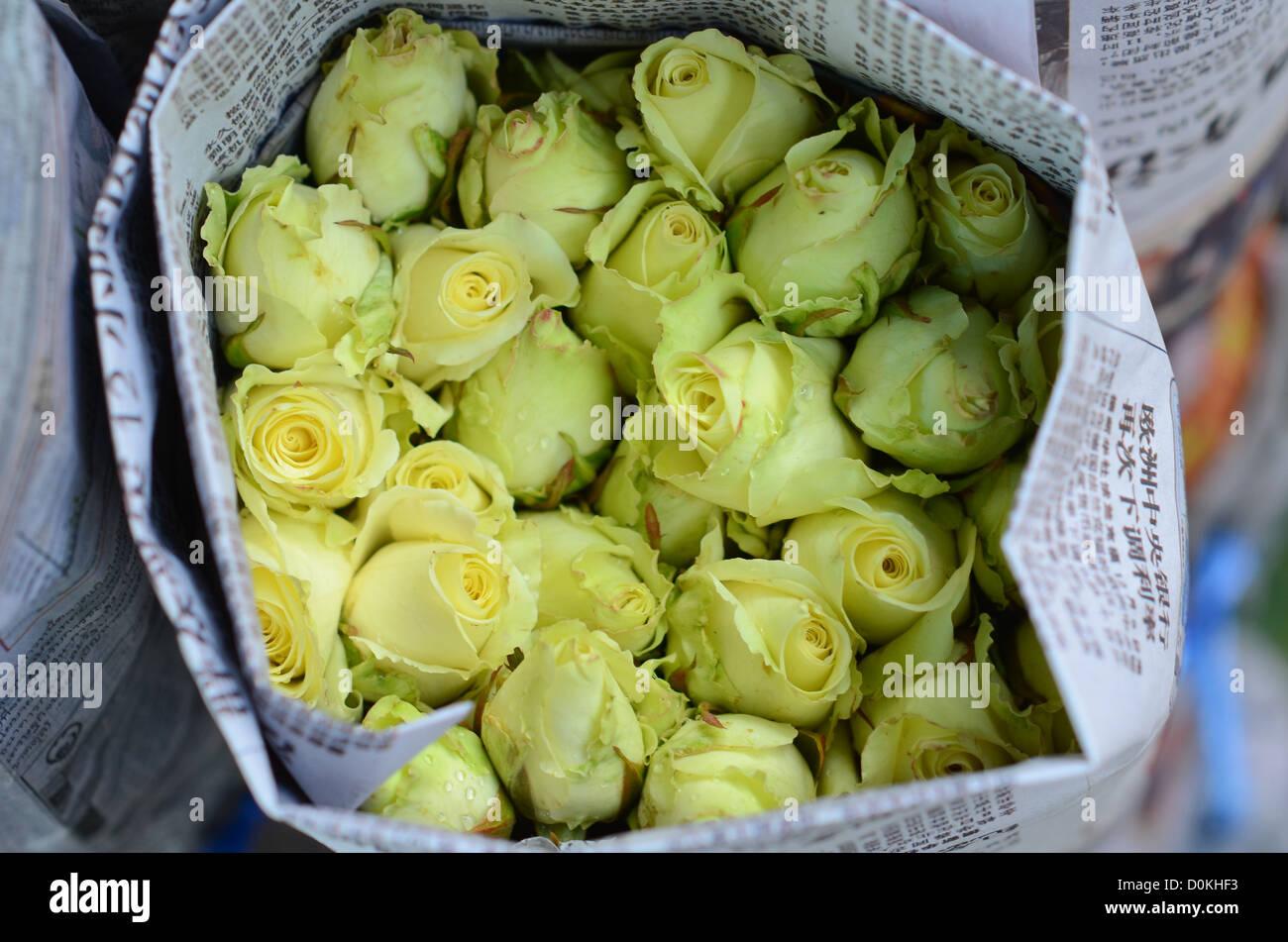 Un mazzo di rose per vendita a Bangkok il mercato dei fiori. Foto Stock