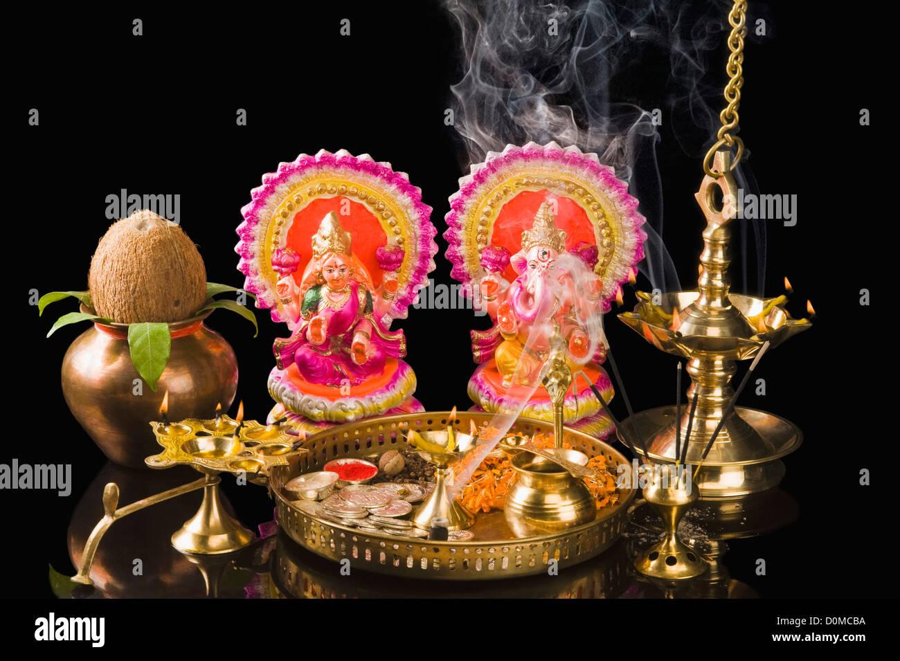 Diwali thali davanti agli idoli del Signore Ganesha e la dea Lakshmi Immagini Stock