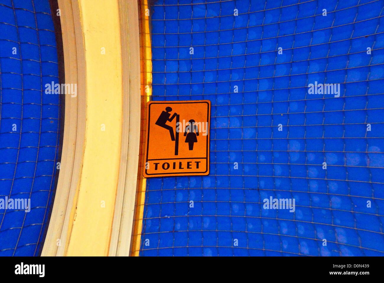 Croazia, Karlobag : questo curioso segno è stato visualizzato al di fuori della porta del bagno di un bar. Immagini Stock