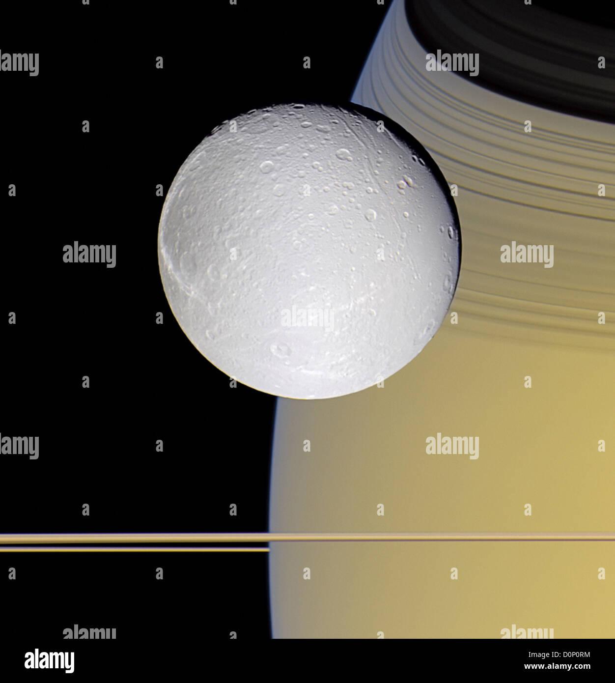 Dione e gli anelli di Saturno Immagini Stock