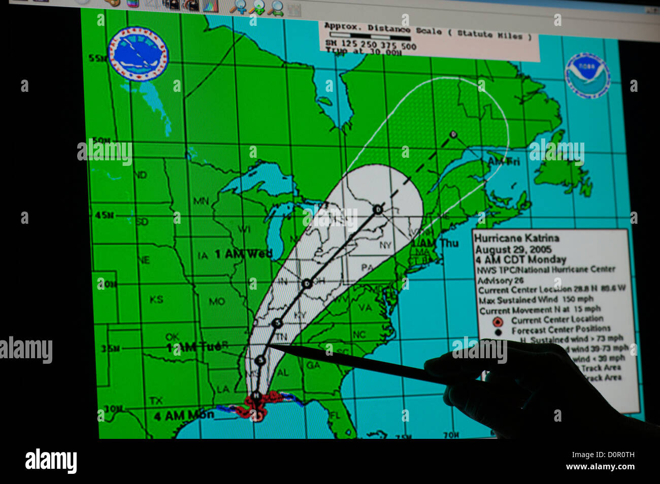 La NASA Uragano Katrina mappa meteo silhouette a mano il percorso di puntamento Foto Stock