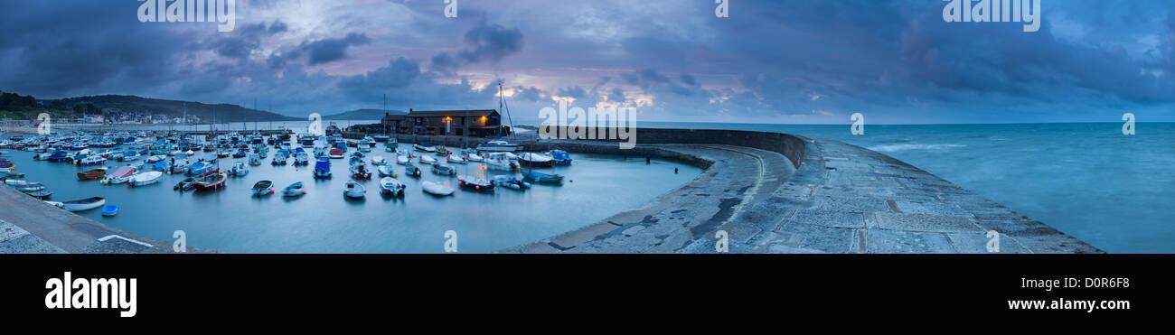 Alba sul Cobb, Lyme Regis, Jurassic Coast, Dorset, England, Regno Unito Immagini Stock