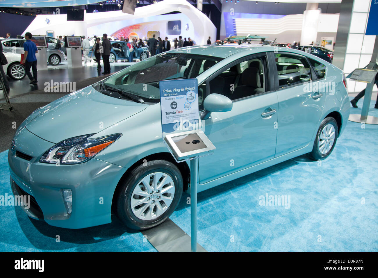 2013 Toyota Prius ibrida. Nuovo 2013 elettrici e ibridi auto Verde sono disponibili presso il Los Angeles Auto Show Immagini Stock