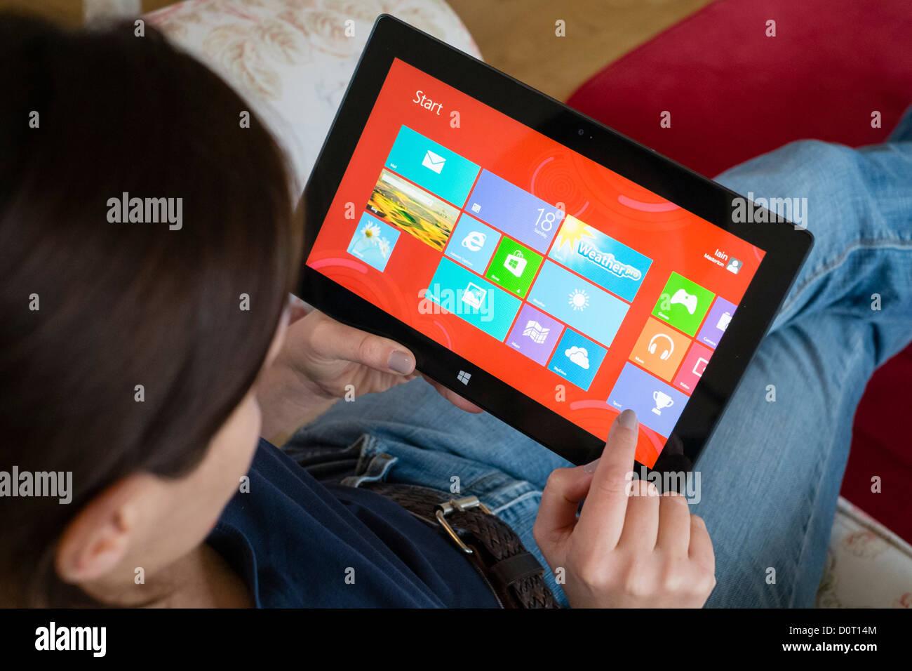 Donna che utilizza Microsoft Surface rt computer tablet Immagini Stock