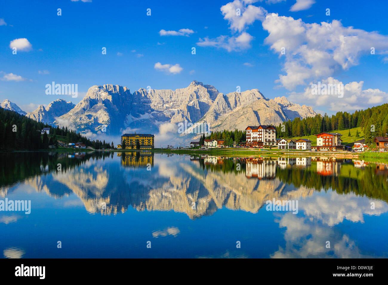 L'Italia, Europa, viaggi, Dolomite, Alpi Missurina, Lago, pedalo, nuvole colorate, montagne, riflessione, Sud Immagini Stock