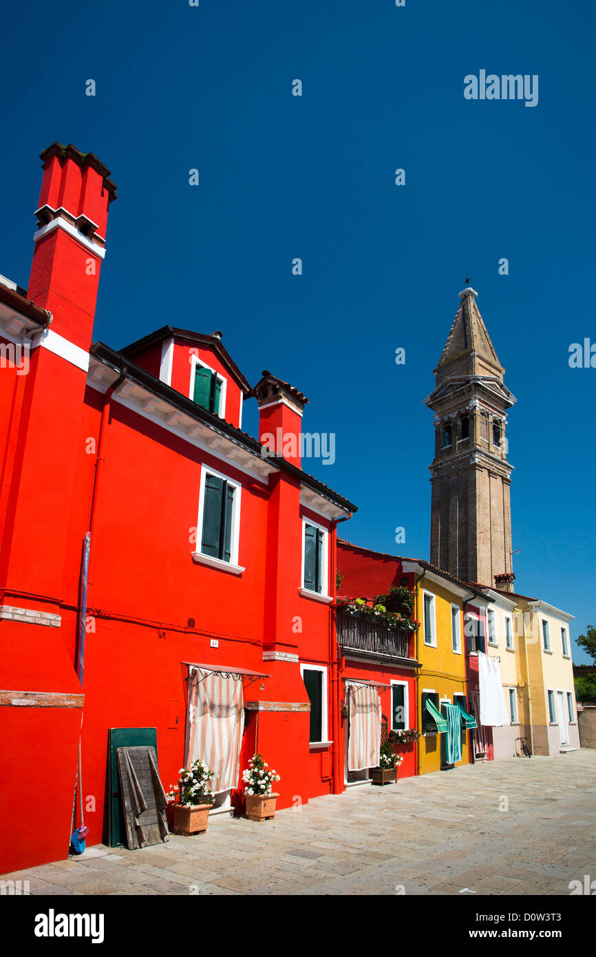 L'Italia, Europa, viaggi, Burano, architettura, barche, canal, colorati, colori, turismo, Venezia, torre Immagini Stock