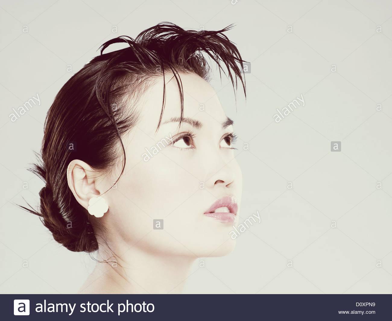Giovane donna che guarda verso l'alto Foto Stock