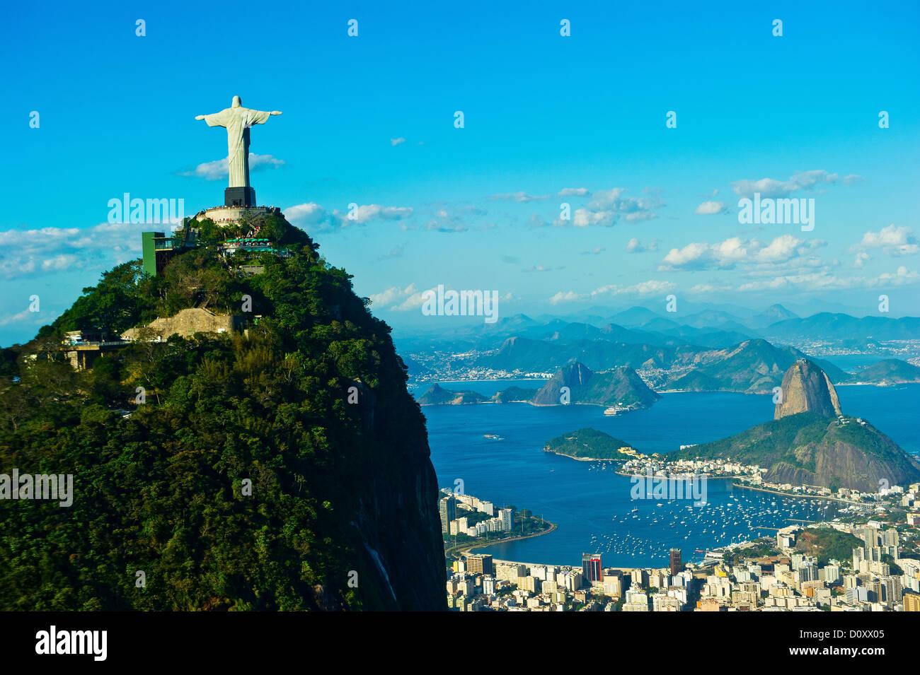 Cristo Redentore statua con vista su Rio de Janeiro e Sugarloaf Mountain, Brasile Immagini Stock