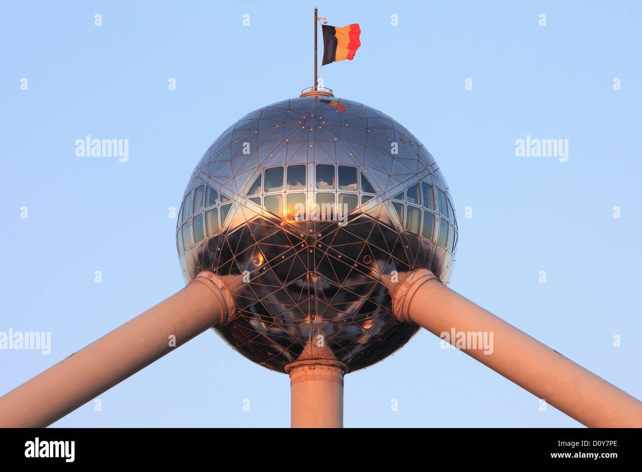 Un ristorante con vista panoramica sulla parte superiore del Atomium di Bruxelles in Belgio Foto Stock