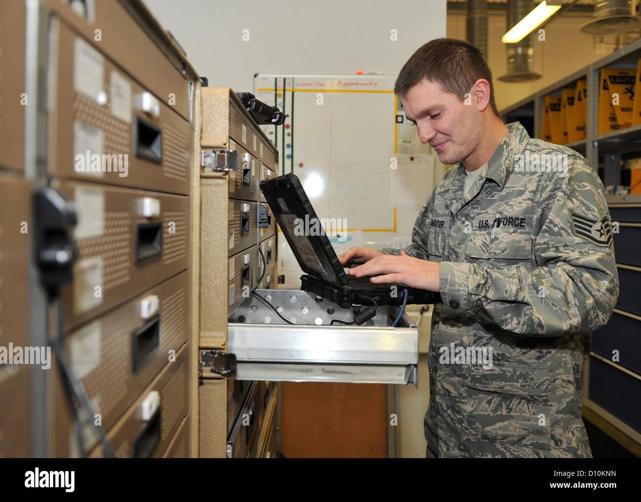 Il personale Sgt. Shawn Lamaster, centesimo Manutenzione aeromobili squadrone navigazione comunicazione tecnico Immagini Stock