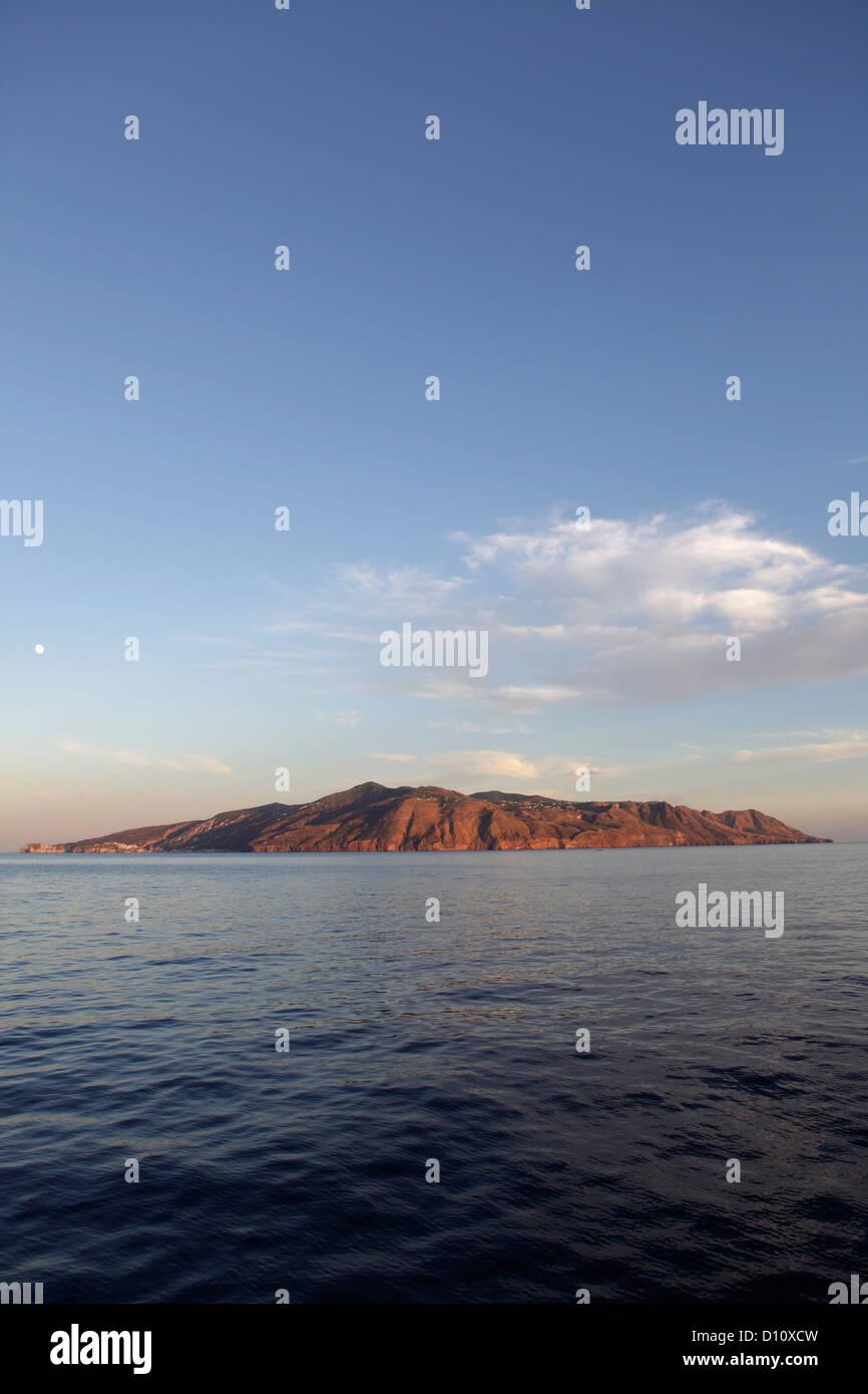 Isola di Lipari vista da Salina, Isole Eolie, in Sicilia, Italia Immagini Stock