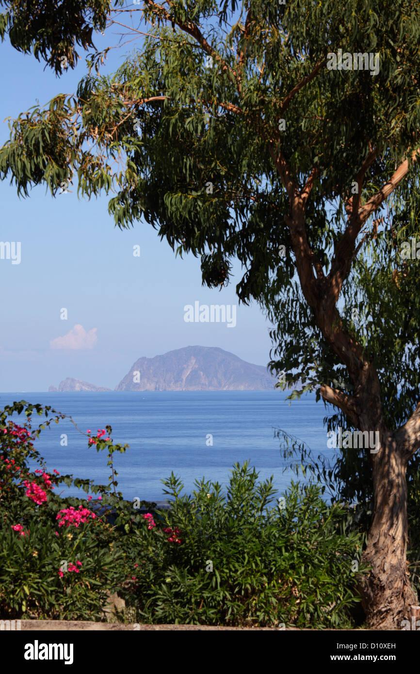 Lipari visto dall isola di Salina, Isole Eolie, in Sicilia, Italia Immagini Stock