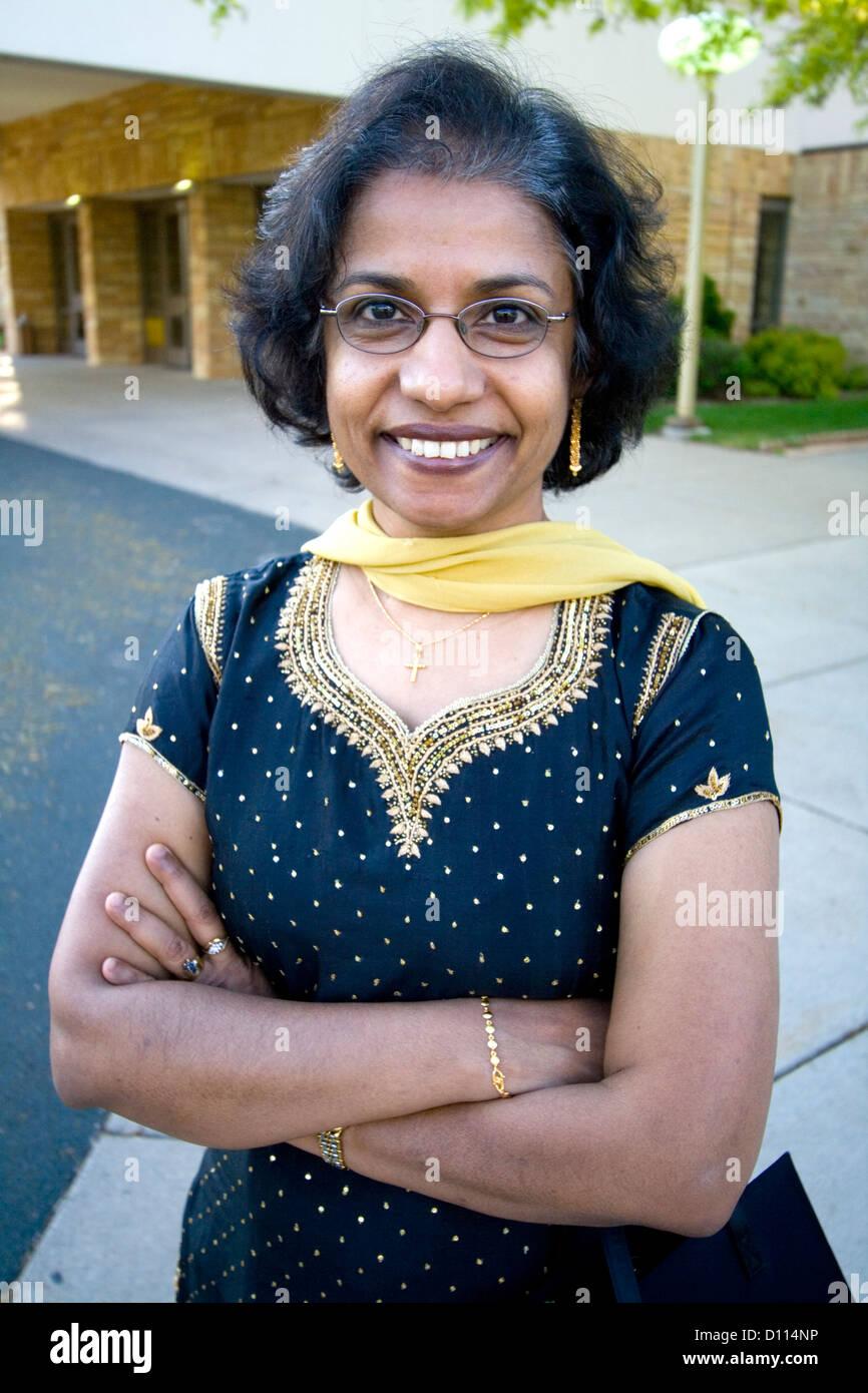 Felice East Indian donna americana età 57 indossando un etnica abito elegante presso le sue sorelle matrimonio. Immagini Stock