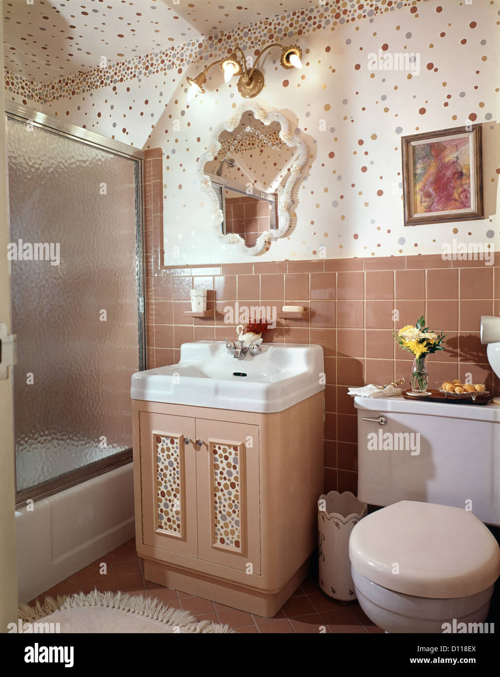 Anni sessanta interno del beige bagno rivestito di piastrelle bagno con la polka dot parete - Stock piastrelle bagno ...