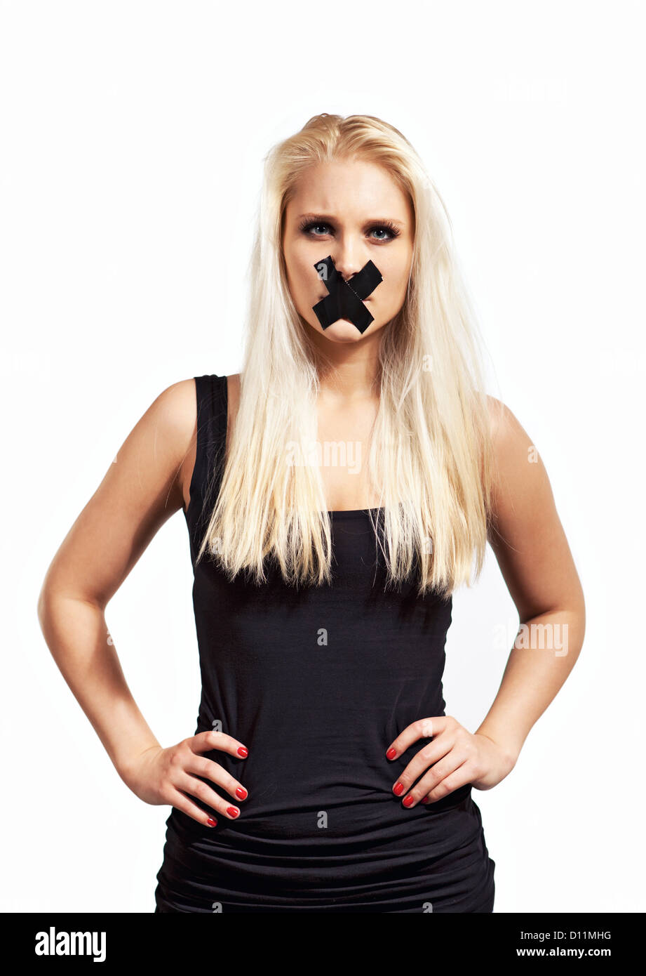 Tacitato donna in segno di protesta cercando arrabbiato e chiedono il suo diritto alla libertà di parola Immagini Stock