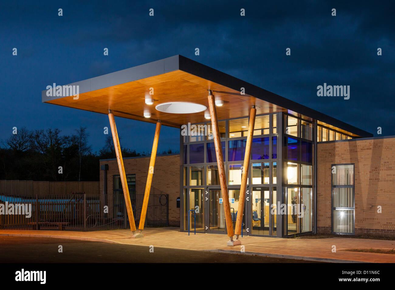 La moderna architettura tettoia formante l'ingresso principale di Mountjoy Scuola, Beaminister al crepuscolo Immagini Stock