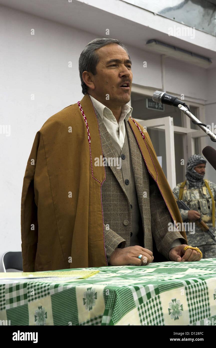 Afghan Daykundi Provence governatore Qurban Ali Uruzgani parla a Ashterlee turn-over cerimonia Marzo 19, 2012 in Immagini Stock