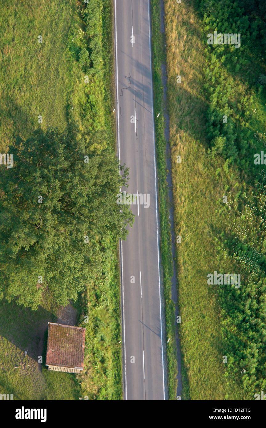 In Germania, in Baviera, vista di traccia singola con lussureggiante paesaggio Immagini Stock