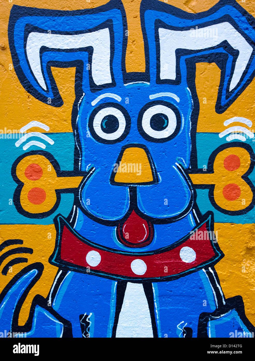 Cane con osso graffiti sul muro di Berlino Berlino Germania Immagini Stock