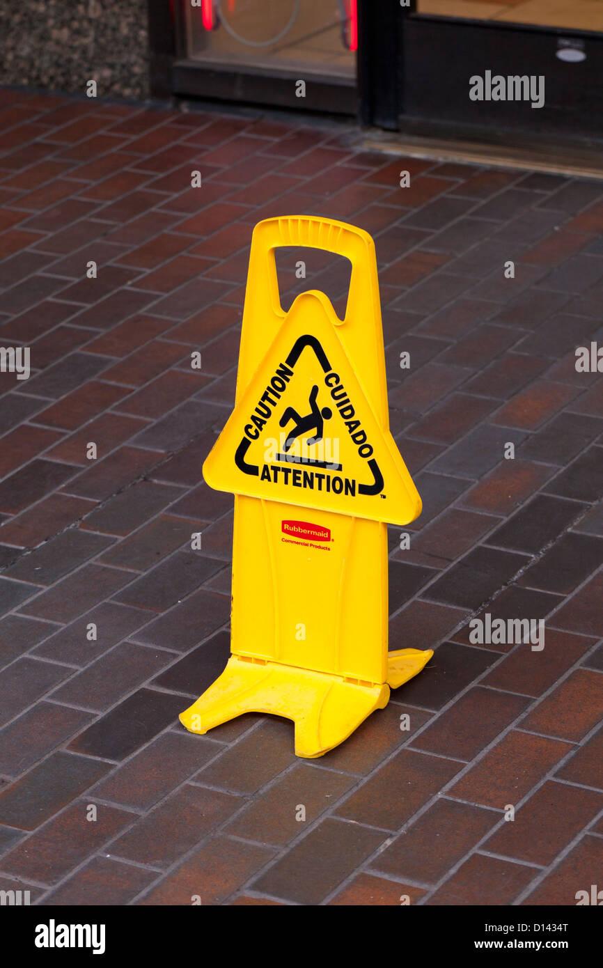 Pavimento bagnato segno sul pavimento di piastrelle Immagini Stock