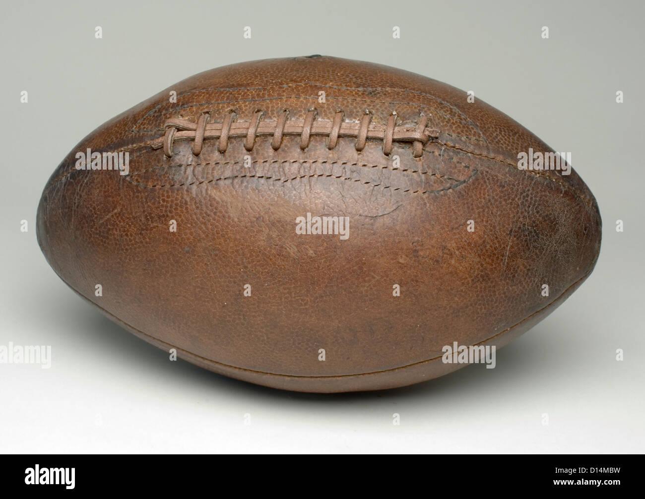 Calcio sulla superficie grigia Foto Stock