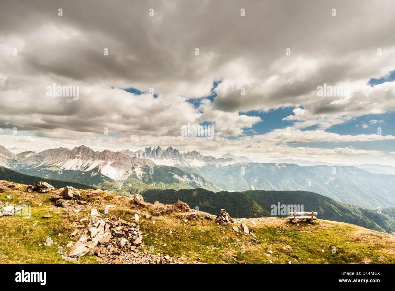 Nuvole sopra erboso paesaggio rurale Immagini Stock