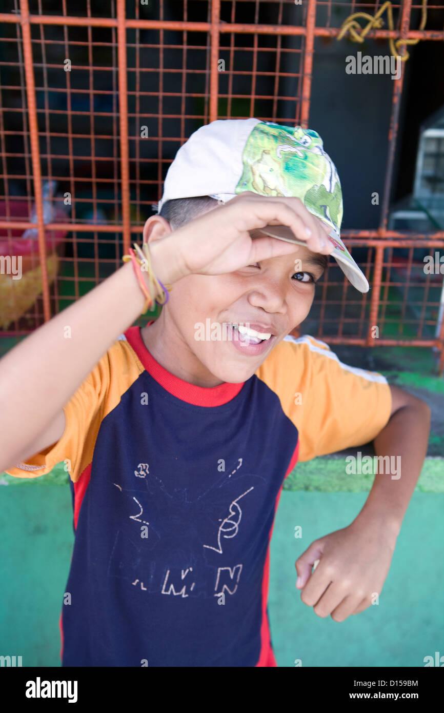 Ritratto di un timido ragazzo filippino in Cadice Cittá, Negros Occidental, Filippine. Immagini Stock