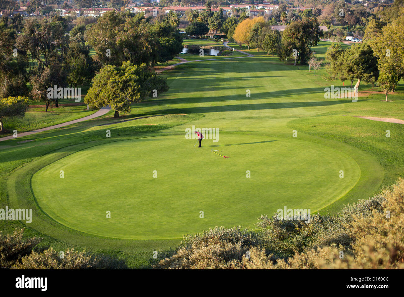 Un giocatore di golf putt su un verde al San Juan Hills golf in San Juan Capistrano, California. Immagini Stock