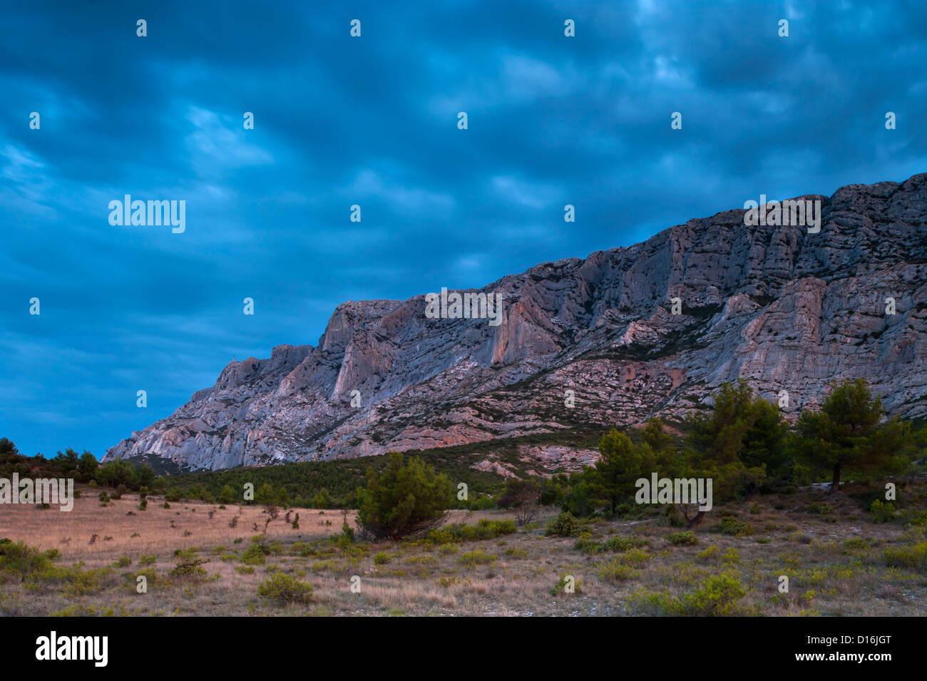 Montagne Sainte Victoire all'alba, Provenza, Francia Immagini Stock