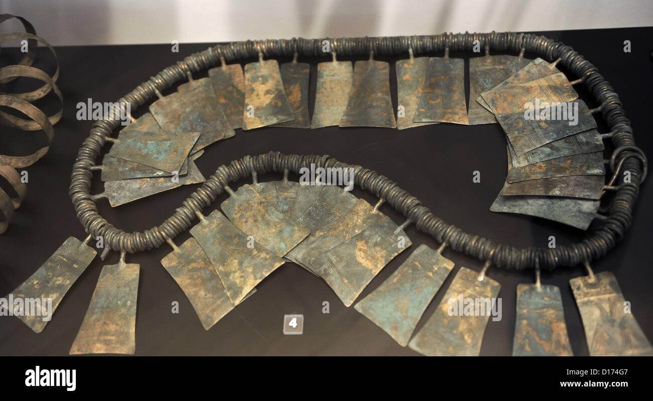 La preistoria. Un nastro di grandi dimensioni costituito da molti piccoli anelli in bronzo e piastre ornamentali. Immagini Stock